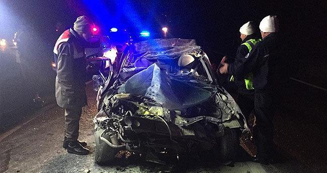 Otomobil tıra çarptı: 4 ölü