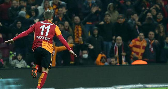 Podolski Galatasaray'ı sırtlıyor