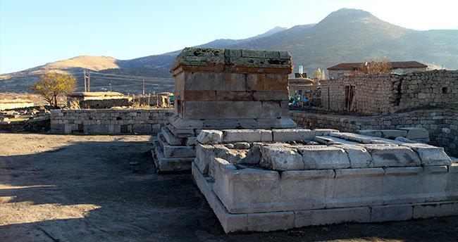 Karaman'da piramidal anıt mezar ve tapınak bulundu