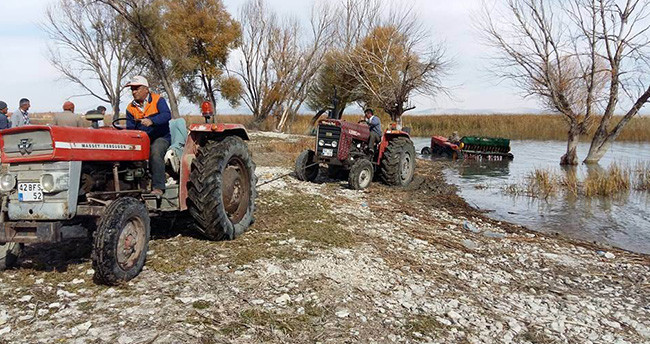 Beyşehir'de gölde mahsur kalan traktörü, traktörler kurtardılar