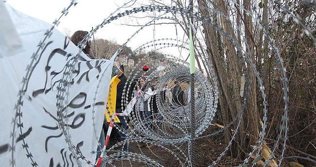 Sığınmacılara 'tel örgü' önlemine protesto