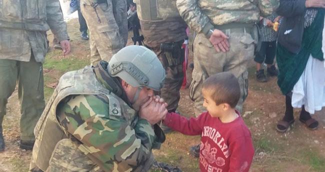 İşte Mehmetçiğin şefkati – Komutan üşüyen çocuğu ısıttı