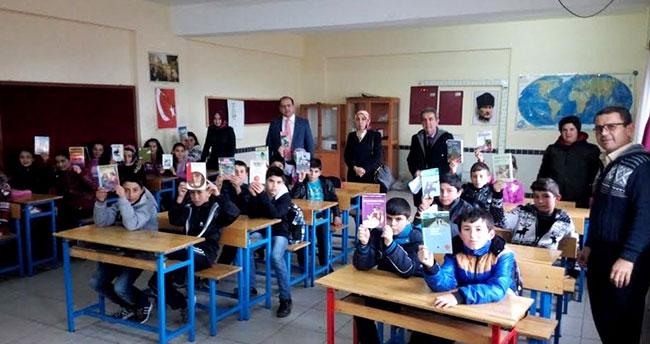 Köy okuluna kitap bağışladılar