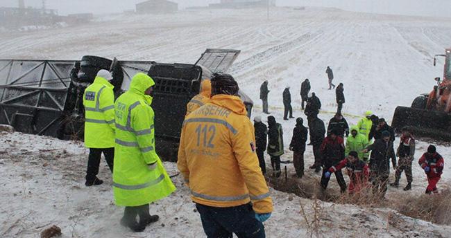 Kırşehir'de yolcu otobüsü devrildi : 9 kişi öldü 25 kişi yaralandı