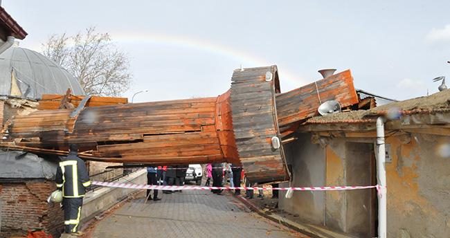 Caminin ahşap minaresi fırtınada yıkıldı