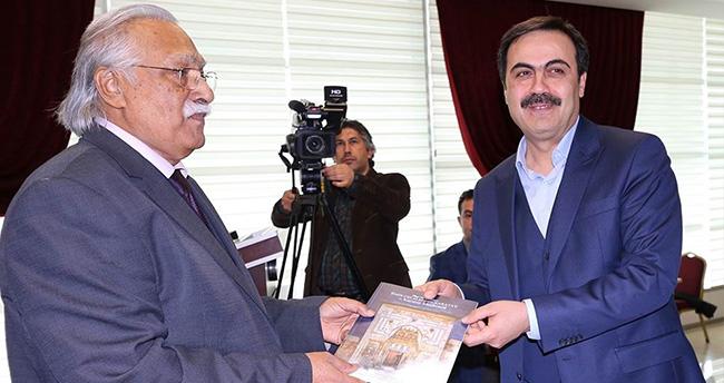 Prof. Dr. Erkan Türkmen kitabını imzaladı