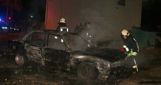 Konyalı genç yanan otomobilin söndürülmesine isyan etti