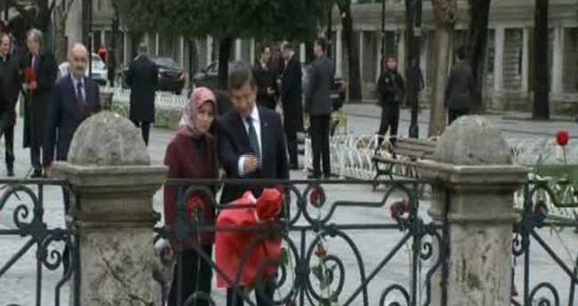 Başbakan Davutoğlu Sultanahmet'te karanfil bıraktı