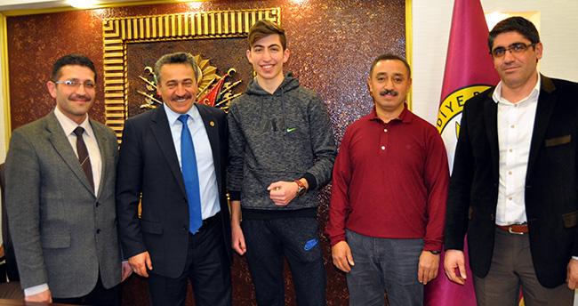 Başkan Tutal, Şampiyon karateci'yi altınla ödüllendirdi