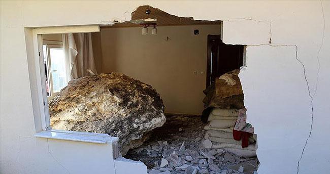 Kaya parçası 5 kişinin yaşadığı eve düştü