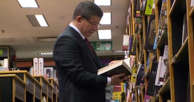 Davutoğlu, Londra'da kitapçıya uğradı