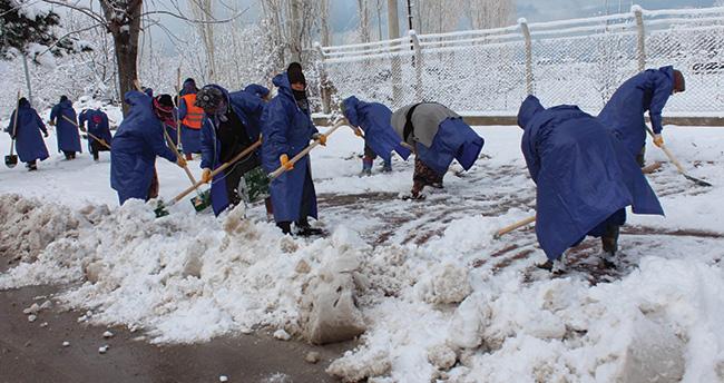 Beyşehir'de karla mücadele devam ediyor
