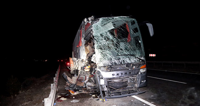 Eskişehir'de yolcu otobüsü tıra çarptı: 14 yaralı