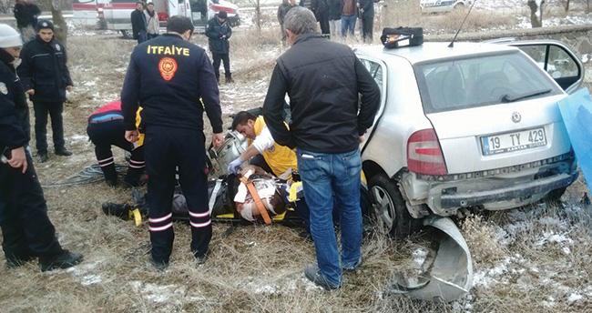 Konya'da otomobil evin bahçe duvarına çarptı