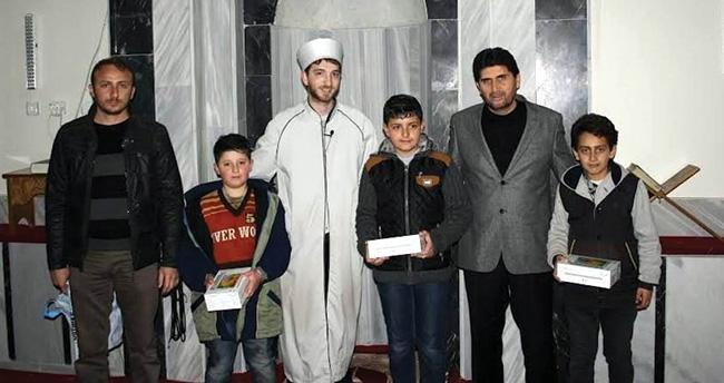 Konya'da tüm namazlarını camide kılan öğrencilere tablet