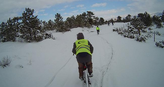 Bisiklet tutkusu -11 derece karda pedal çevirtti