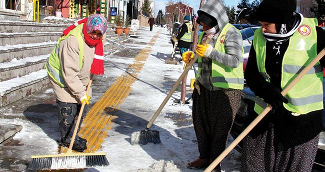 Seydişehir'de kadın işçilerin kar mesaisi