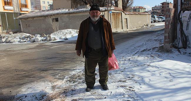 70 yaşında sokak hayvanlarına yem dağıtıyor