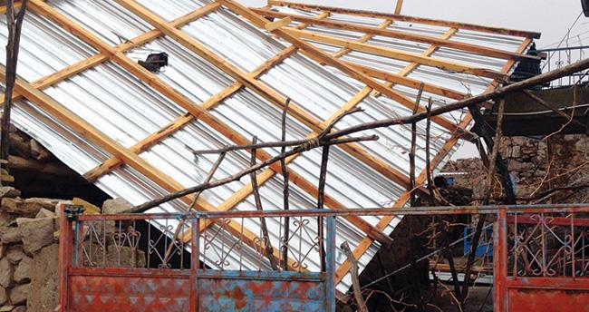 Aksaray'da fırtına çatıları uçurdu