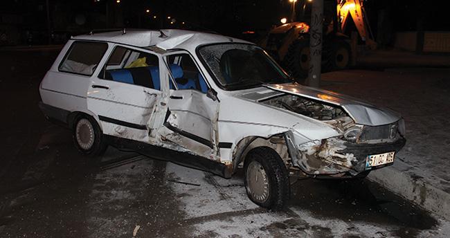 Otomobil polis minibüsüne çarptı: 1 yaralı