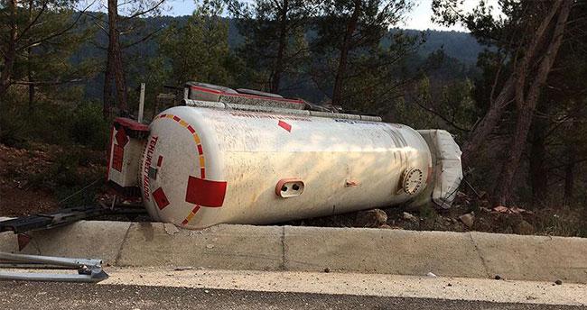 Balıkesir'de akaryakıt tankeri devrildi: 1 ölü