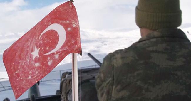 Bayrak donduran soğukta Mehmetçik nöbet tutuyor