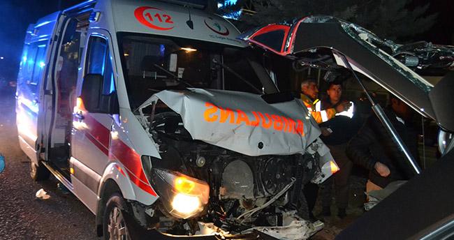 Aksaray'da ambulans ile otomobil çarpıştı : 4 yaralı