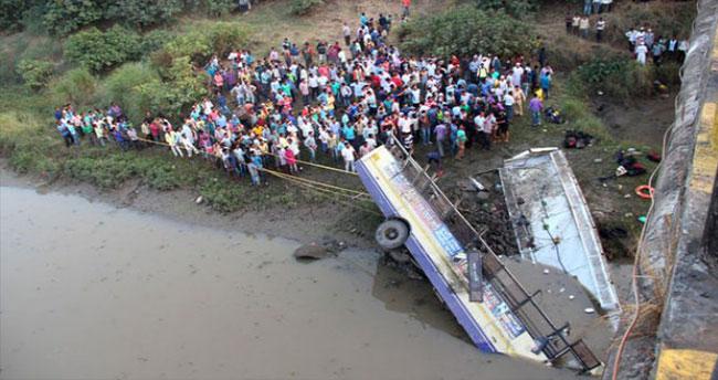 Otobüs nehre düştü: 37 ölü