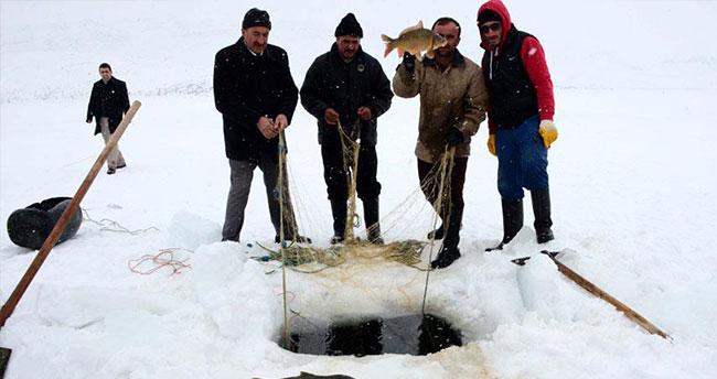 Tehlikeye aldırış etmeden donan gölde balık avladılar