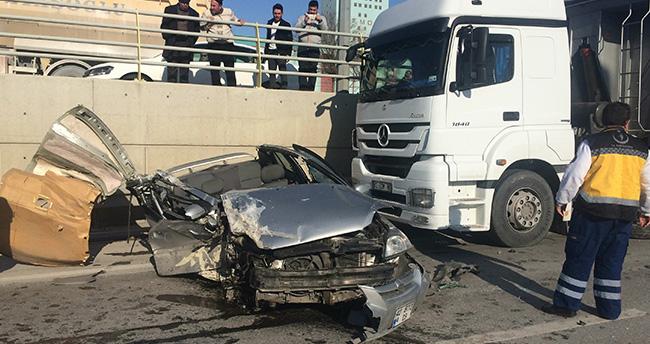 Konya'da tırla çarpışan otomobilin tavanı koptu