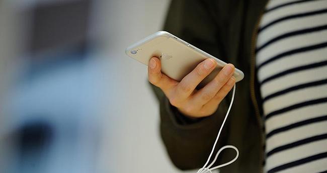 Gençler bir günde 4 saatini telefonda geçiriyor