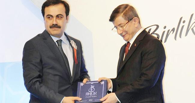 Selçuk Öztürk Başbakan Davutoğlu'na Ahilik kitabı hediye etti