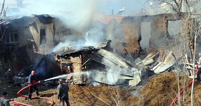 Konya'da 3 ev, samanlık ve ahır yandı