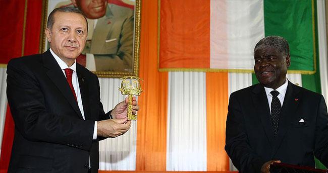Cumhurbaşkanı Erdoğan'a Abidjan'ın altın anahtarı takdim edildi