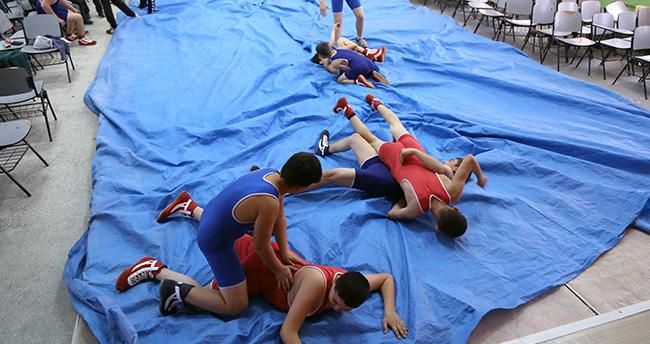 Konyalı minik güreşçiler müsabakalara yatakta hazırlandı