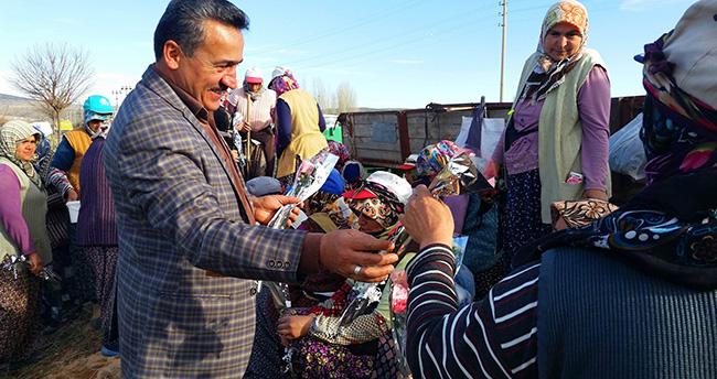 Başkan Tutal Haşhaş tarlasındaki kadınları ziyaret etti