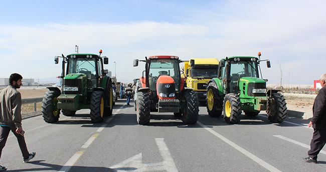 Konya'da alt geçit için traktörle yolu kapattılar