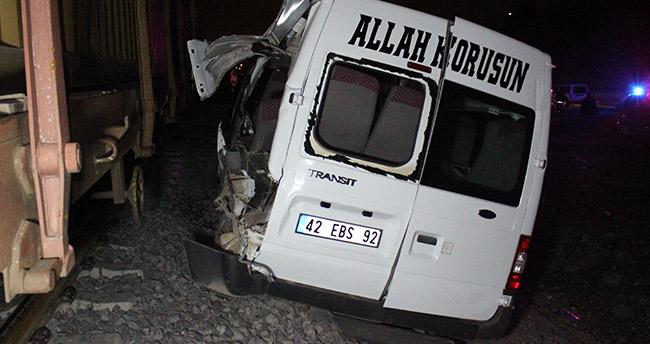 Konya'da yük treni ile minibüs çarpıştı