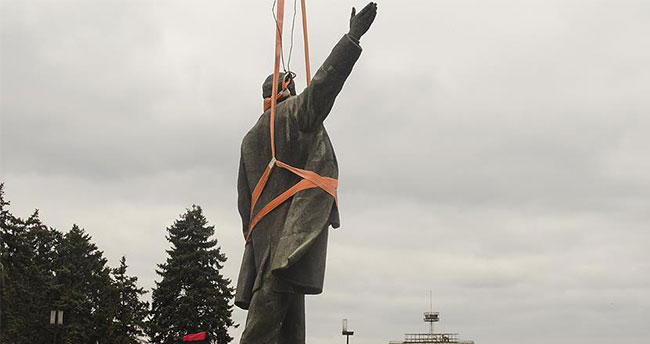Ukrayna'nın en büyük Lenin heykeli söküldü