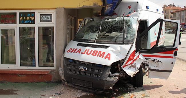 Karaman'da ambulans ile otomobil çarpıştı: 6 yaralı