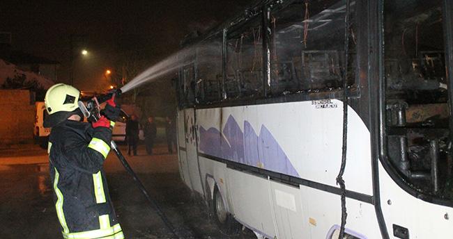 Konya'da park halindeki işçi servisi yandı