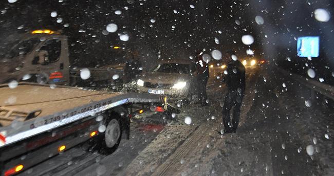 Konya'da araçlar kar nedeniyle yolda kaldı