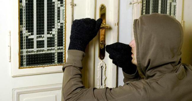 Konya'da hırsız kapıyı içeriden kilitleyip kaçtı