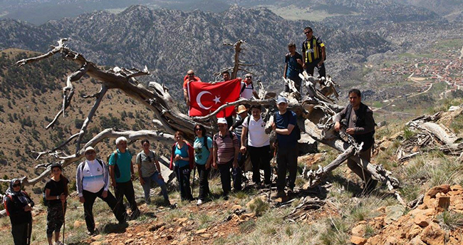 Beyşehir'de doğaseverler farkındalık için tırmandı