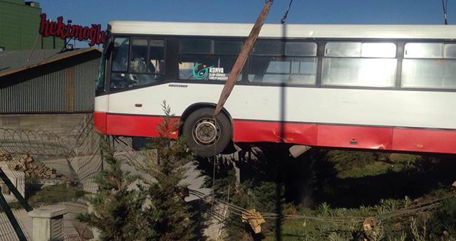 Konya'da belediye otobüsü korkuluklara asılı kaldı