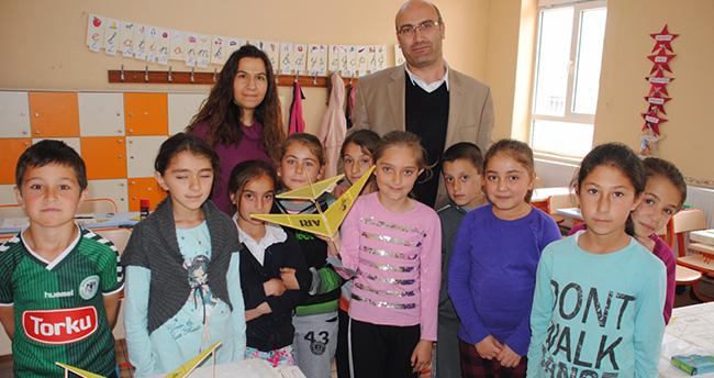 Konya'da minikler dersten sonra model uçak yapıyor