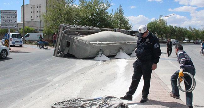 Konya'da devrilen tırın altında kalan bisikletli ağır yaralandı
