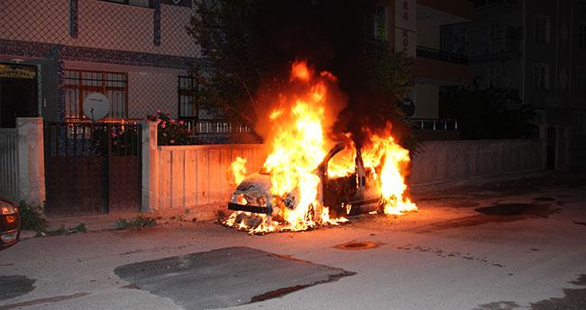 Konya'da park halindeki hafif ticari araç yandı