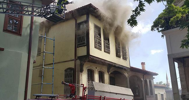 Konya'da tarihi sokakta ev yangını korkuttu