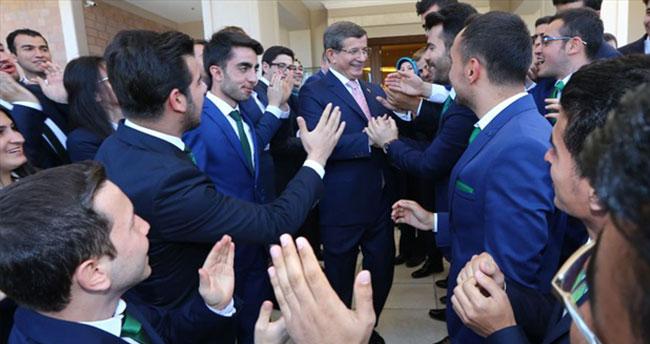 Başbakan Davutoğlu'ndan gençlere iki nasihat